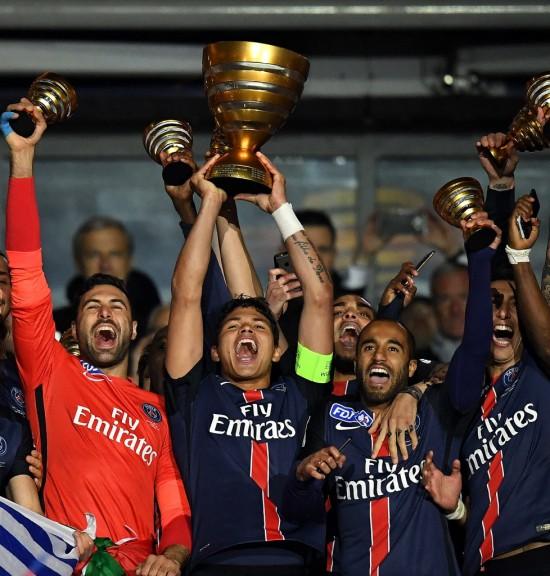 Capitão do PSG, Thiago Silva ergue a taça da Copa da Liga da França, conquistada com vitória sobre o Lille por 2 a 1 (Franck Fife - 23.abr.2016/AFP)