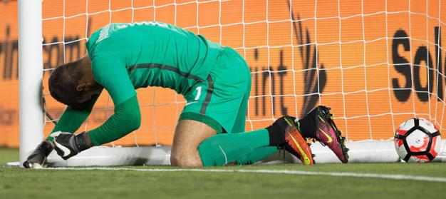 Alisson no momento em que levou um frango contra o Equador, no estádio Rose Bowl (Reprodução/Site oficial da Copa América)