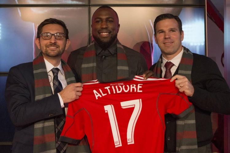 O atacante dos EUA Altidore (centro) em sua apresentação ao Toronto, time que disputa a Major League Soccer (Chris Young - 16.jan.2015/Associated Press)