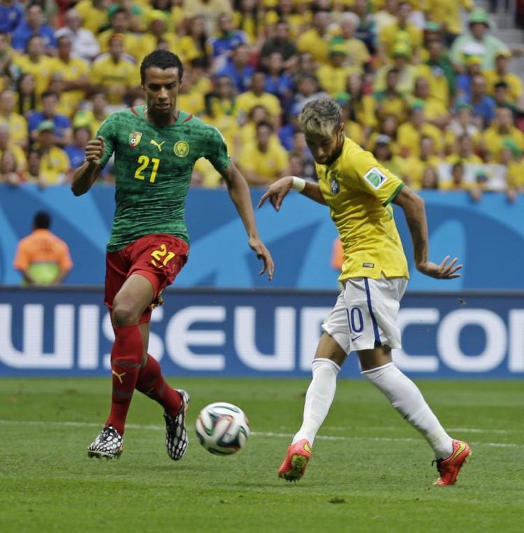 Matip e o  Neymar em Brasil 4 x 1 Camarões, na primeira fase da  Copa de 2014 (Natacha Pisarenko - 23,jun.2014/Associated Press)