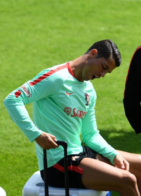 Cristiano Ronaldo boceja em treino de Portugal durante a Eurocopa da França (Francisco Leong - 19.jun.2016/AFP)