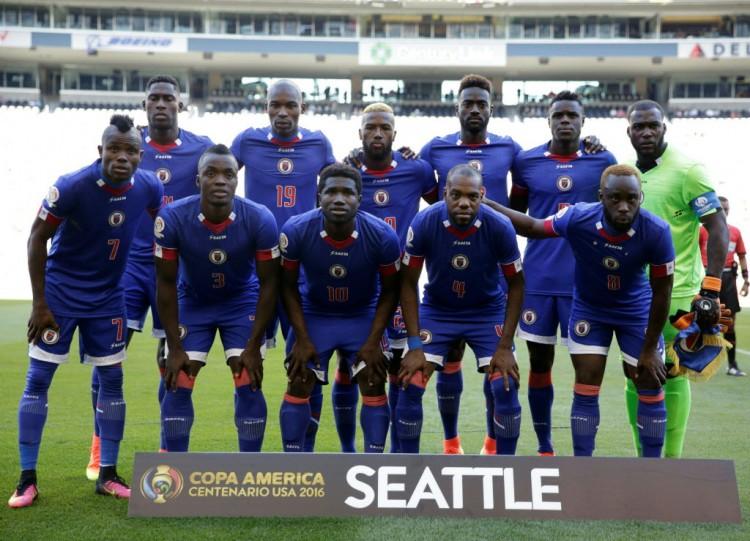 Seleção do Haiti posa antes da partida contra o Peru, em Seattle (Jason Redmond - 4.jun.2016/AFP)