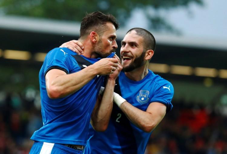Bunjaku (es.) e Perdedaj comemoram gol do Kosovo contra as Ilhas Faroë em Frankfurt (Kai Pfaffenbach - 3.jun.2016/Reuters)