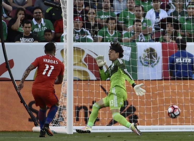 O chileno Vargas chuta para superar o goleiro Ochoa e fazer um dos seus quatro gols na goleada sobre o México (Omar Torres - 18.jun.2016/AFP)