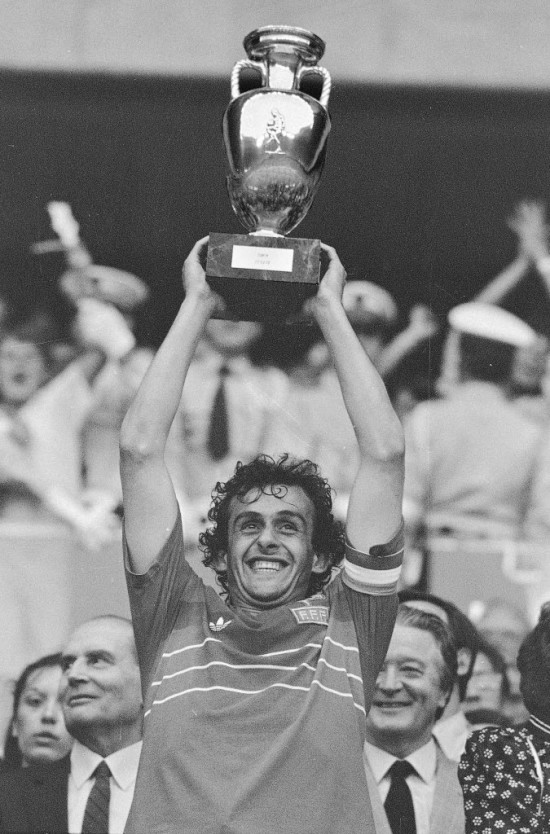 No Parc des Princes, em Paris, Platini, capitão da França, ergue o troféu da Eurocopa, em 1984 (27.jun.1984/Associated Press)