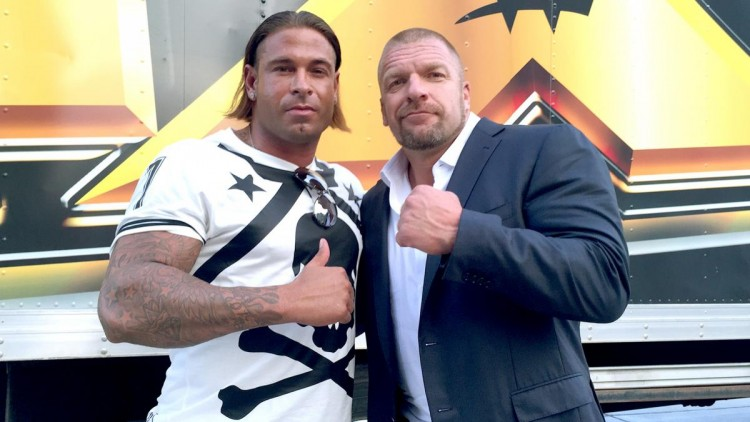 "O ex-goleiro Tim Wiese posa com Paul ""Triple H"" Levesque, executivo da WWE  (Reprodução/Site da World Wrestling Entertainment)"