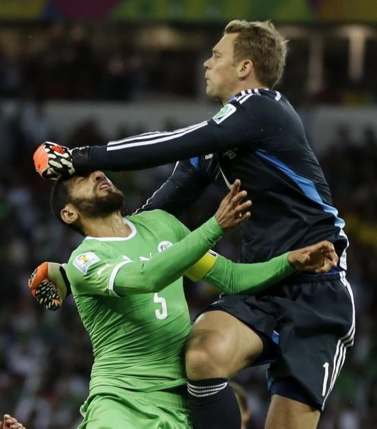 Haliche em jogada com Neuer em Alemanha 2 x 1 Argélia nas oitavas de final da Copa de 2014 (Kirsty Wigglesworth - 30.jun.2014/Associated Press)