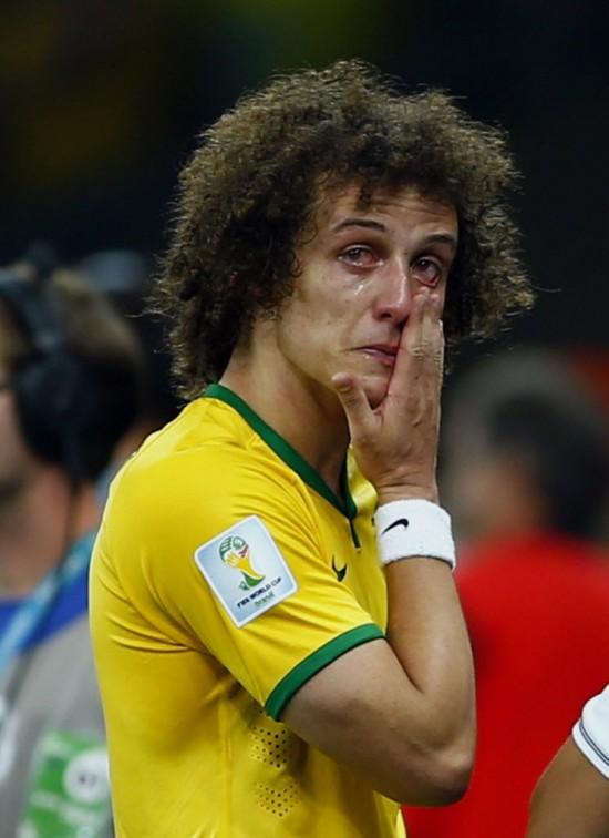 Capitão naquela partida, David Luiz chora depois da derrota no Mineirão (Eddie Keogh - 8.jul.2014/Reuters)