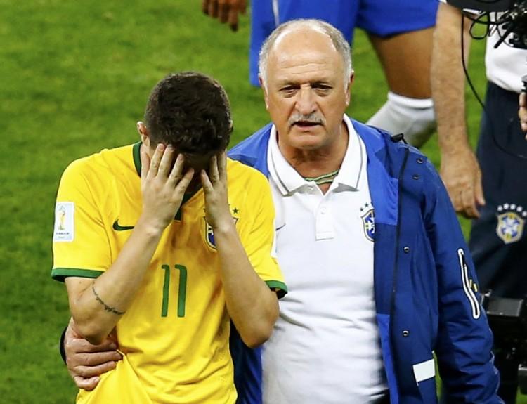 O técnico Felipão consola Oscar, autor do gol de honra da seleção brasileira (Leonhard Foeger - 8.jul.2014/Reuters)