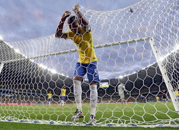 Fernandinho, desolado, após o terceiro gol da Alemanha, feito por Toni Kroos (Natacha Pisarenko - 8.jul.2014/Associated Press)