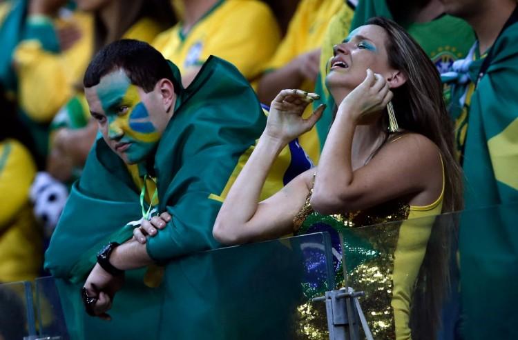 Decepção e lágrimas de torcedores brasileiros no estádio em Belo Horizonte(Adrian Dennis - 8.jul.2014/AFP)