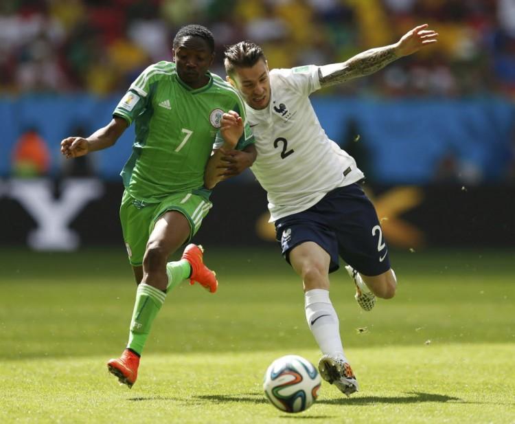 Musa e Debuchy em França 2 x 0 Nigéria, pelas oitavas de final da Copa de 2014 (Ueslei Marcelino - 30.jun.2014/Reuters)
