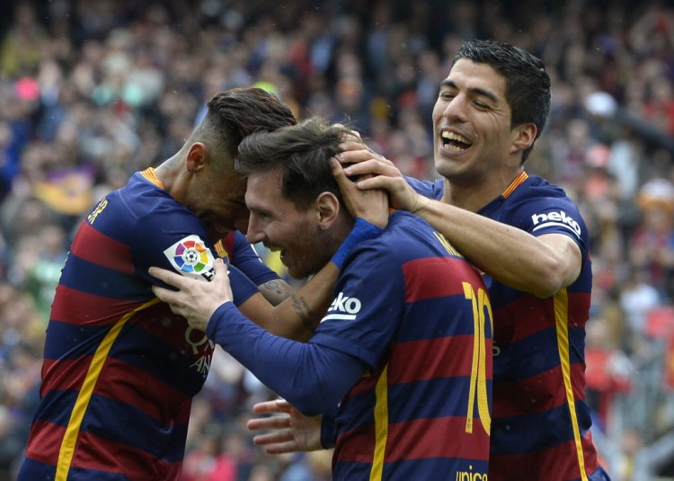 Neymar, Messi e Suárez comemoram gol do Barcelona (Lluis Gene - 8.mai.2016/AFP)