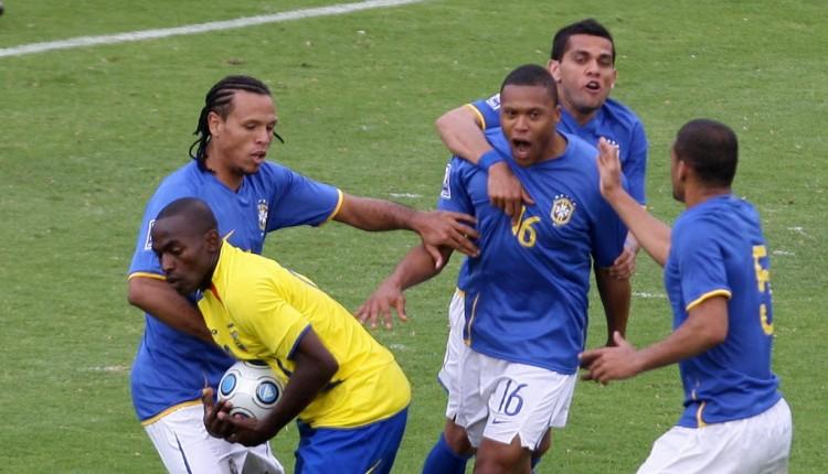 Júlio Baptista (16) festeja com Luis Fabiano, Daniel Alves e Felipe Melo seu gol no no estádio Olímpico Atahualpa, em Quito (Vanderlei Almeida - 29.mar.2009/AFP)