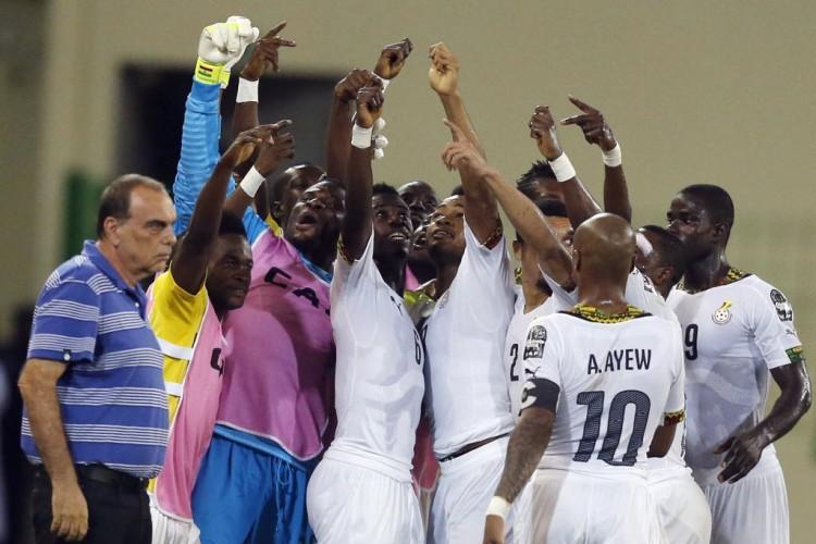 Ao lado do treinador Avram Grant, jogadores de Gana festejam gol contra Guiné Equatorial na Copa Africana de Nações de 2015 (Amr Abdallah Dalsh - 5.fev.2015/Reuters)