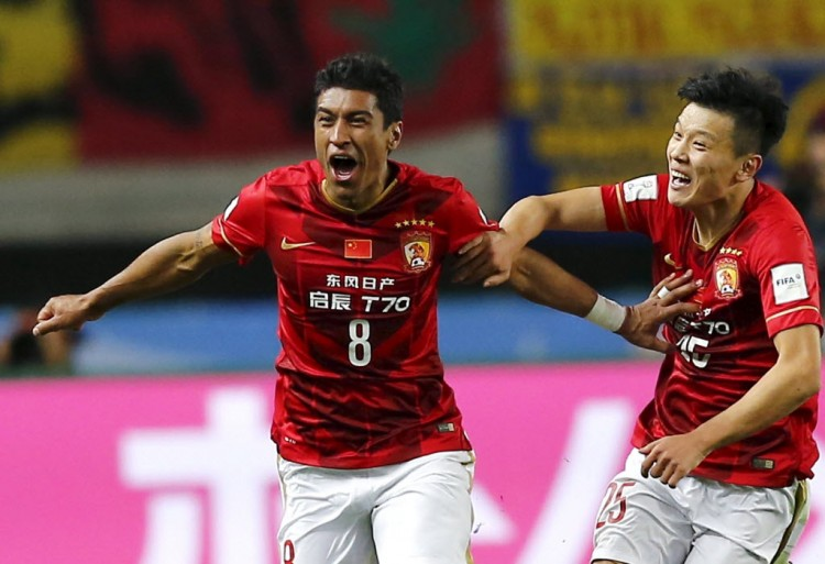Paulinho comemora gol pelo Guangzhou Evergrande contra o América do México no Mundial de Clubes, em Osaka, no Japão (Thomas Peter - 13.dez.2015/Reuters)