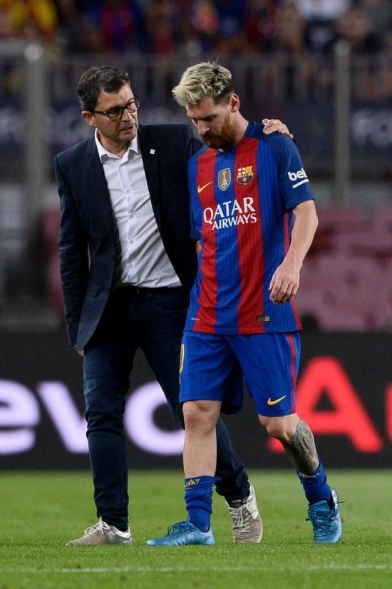 Ao lado de médido do Barcelona, Messi deixa o campo no jogo contra o Atlético de Madri (Josep Lago - 21.set.2016/AFP)