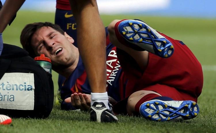 Messi, um ano atrás, ao se machucar diante do Las Palmas (Sergio Perez - 26.set.2015/Reuters)