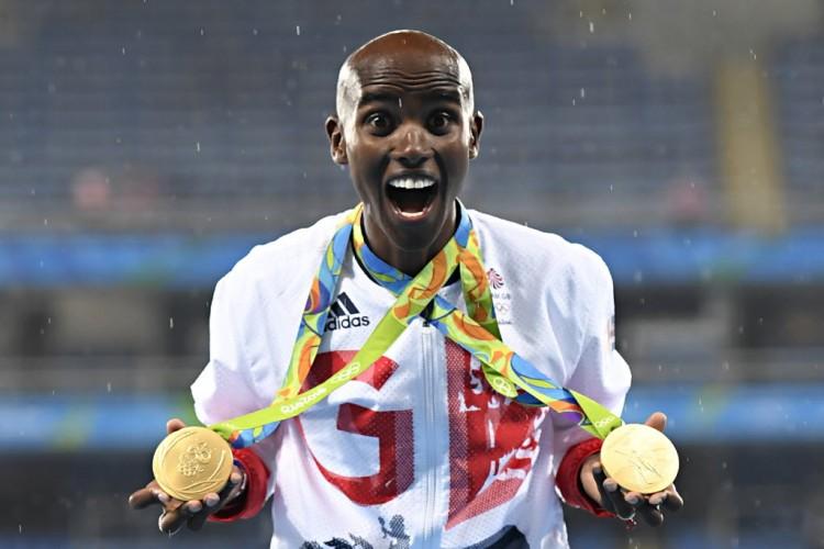 Mo Farah exibe no Engenhão, no Rio, as medalhas conquistadas  nos Jogos Olímpicos deste ano (Eric Feferberg - 20.ago.2016/AFP)