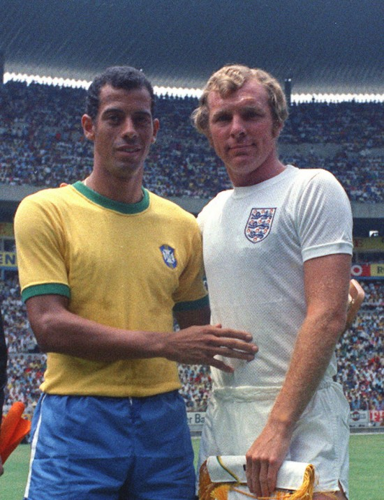 Carlos Alberto posa com Bobby Moore antes de Brasil 1 x 0 Inglaterra, na Copa de 1970, no estádio Jalisco, em Guadalajara, México (7.jun.1970 - Associated Press)