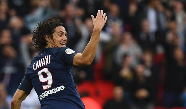 O uruguaio Cavani festeja um dos dois gols que fez na vitória do PSG sobre o Bordeaux na Ligue 1 (Franck Fife - 1º.out.2016/AFP)