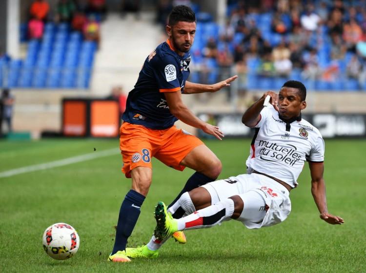 Dalbert dá um carrinho em Morgan Sanson, do Montpellier, no empate por 1 a 1 na Ligue 1 (Pascal Guyot - 18.set.2016/AFP)