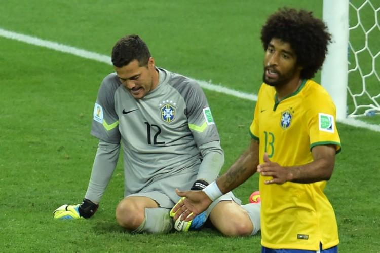 O zagueiro Dante e o goleiro Júlio César após o sexto gol dos alemães em Alemanha 7 x 1 Brasil, no Mineirão (Gabriel Bouys - 8.jul.2014/AFP)