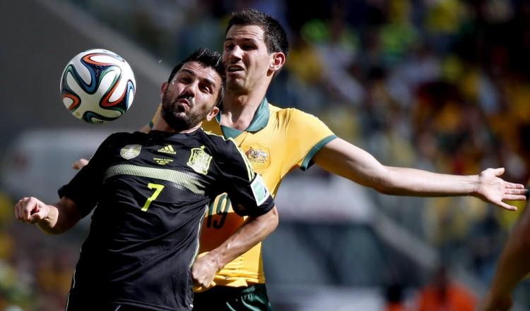 David Villa recebe a marcação de Ryan McGowan em Espanha 3 x 0 Austrália, na Arena da Baixada, na Copa de 2014 (Liao Yujie - 23.jun.2014)