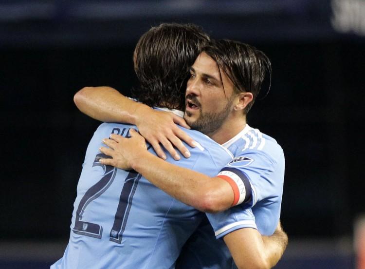 """David Villa (dir.) abraça o italiano Andrea Pirlo depois de vitória sobre o DC United na MLS (Andy Marlin - 1ºset.2016/""""USA Today""""/Reuters)"""