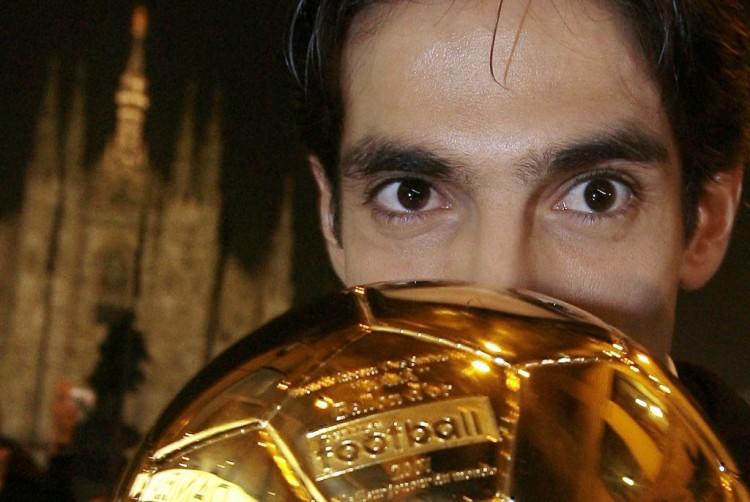 Kaká com a Bola de Ouro conquistada por ter sido eleito o melhor jogador do mundo de 2007 (Alessandro Garofalo - 2.dez.2007/Reuters)
