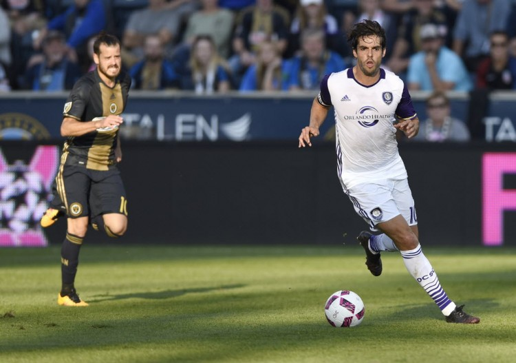 Capitão do Orlando, Kaká avança com a bola na vitória por 2 a 0 sobre o Philadelphia na MLS (Michael Perez - 16.out.2016/Associated Press)