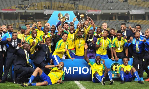 Elenco no Mamelodi Sundowns festeja a conquista da Liga dos Campeões da África, no Egito (Reprodução/Site da Confederação Africana de Futebol)