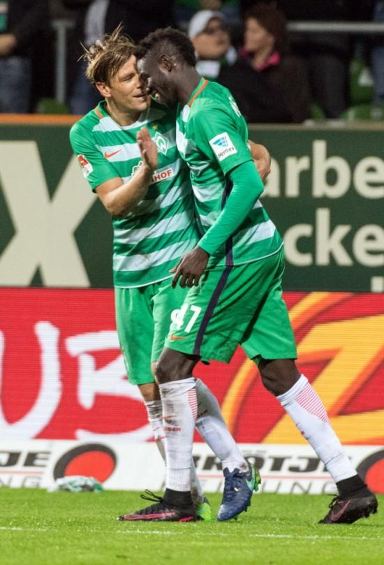 O gambiano Manneh, do Werder Bremen,  celebra seu gol com Fritz (15.out.2016 - Xinhua/Imago/Zumapress)