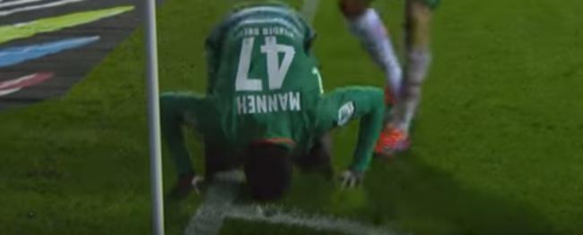O atacante gambiano de 19 anos festeja seu primeiro gol na Bundesliga (Reprodução/YouTube)