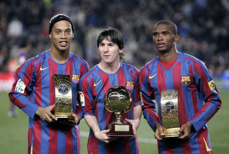 Messi, então com 18 anos, com seu troféu Golden Boy, entre os colegas de Barcelona Ronaldinho e Eto'o (Manu Fernandez - 20.dez.2005/Associated Press)