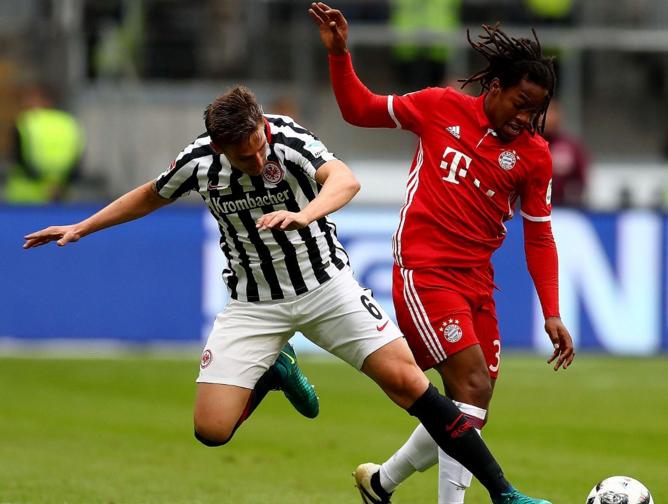 Renato Sanches (dir.) na partida contra o Eintracht Frankfurt pela Bundesliga (Reprodução - 15.out/2016/Site do Bayern de Munique)