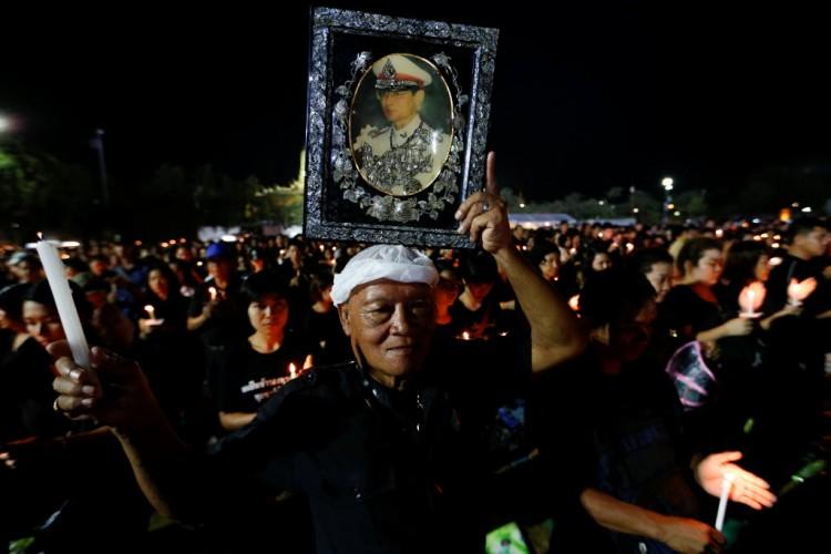 Centenas de tailandeses reúnem-se próximo ao palácio imperial, em Bancoc, para cantar o hino real, em homenagem a Bhumibol Adulyadej (Jorge Silva - 22.out.2016/Reuters)