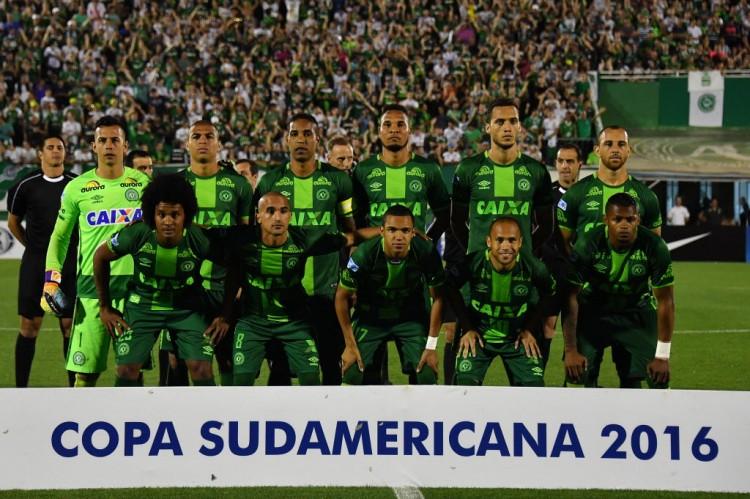 Equipe da Chapecoense posa antes do jogo com o San Lorenzo na Arena Condá, em Chapecó (Nelson Almeida - 23.nov.2016/AFP)