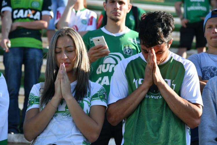 Torcedores da Chapecoense fazem orações na Arena Condá, o estádio do clube, em Chapecó (Nelson Almeida - 29.nov.2016/AFP)