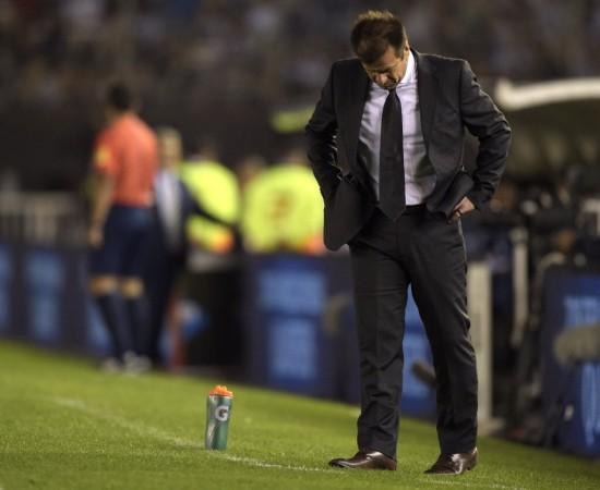 Dunga mostra abatimento no empate por 1 a 1 com a Argentina, em Buenos Aires, um ano atrás (Juan Mabromata - 13.nov.2015/AFP)