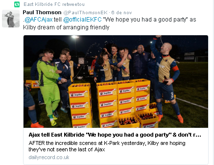 Elenco do escocês East Kilbride comemora com cerveja, enviada pelo holandês Ajax (Reprodução/Twitter do East Kilbride FC)