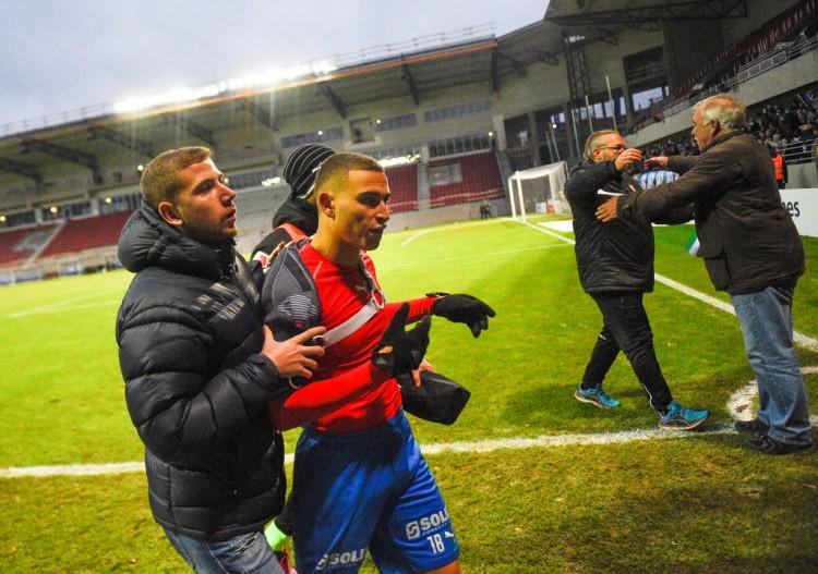 Jordan Larsson, do Helsinborg, deixa o campo depois de momento de intimidação de torcedores mascarados do próprio time (Emil Langvad/TT News Agency/Reuters)
