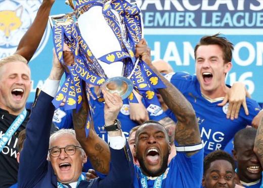 Claudio Ranieri, ao lado co capitão do Leicester, Wes Morgan, e de outros jogadores, ergue a taça da Premier League (Reprodução/Twitter Leicester City)