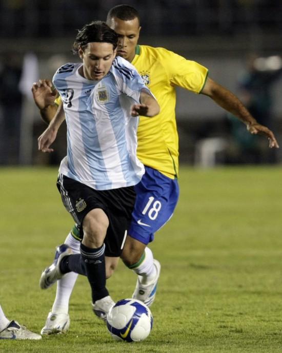 Messi avança no Minierão, marcado por Luis Fabiano, no 0 a 0 pelas eliminatórias da Copa de 2010 (Paulo Whitaker - 18.jun.2008/Reuters)