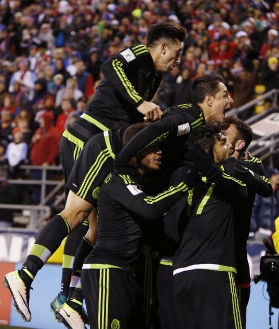 Mexicanos festejam o gol da vitória sobre os EUA na partida em Columbus (Jay LaPrete - 11.nov.2016/Associated Press)