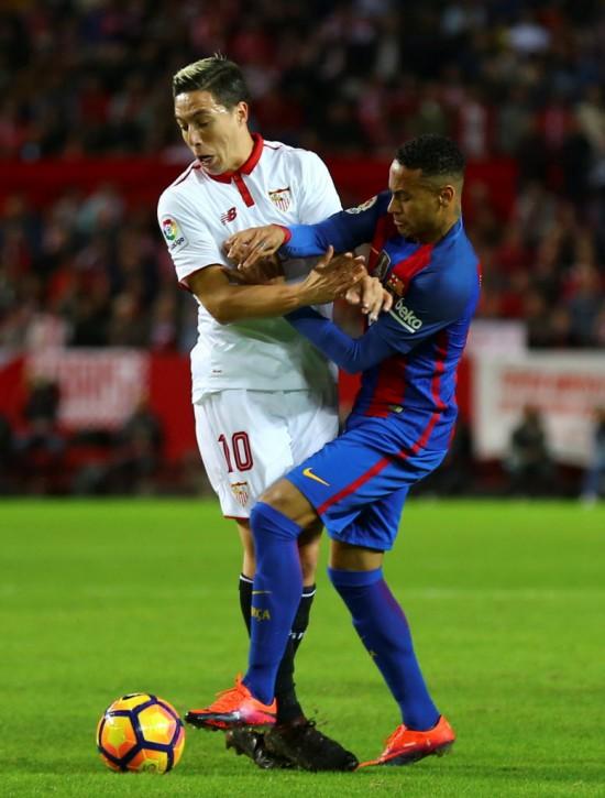 Nasri (10) disputa a bola com Neymar em Sevilla x Barcelona pelo Campeonato Espanhol (Marcelo del Pozo - 6.nov.2016/Reuters)