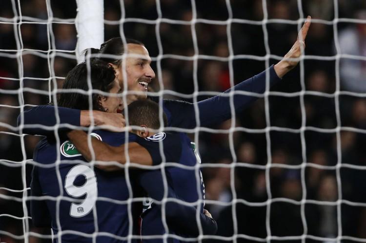 Cavani (9), Ibrahimovic e Lucas Moura festejam gol no 3 a 0 do PSG sobre o Lyon na Copa da França,  17ª vitória seguida do clube francês, a última dessa série (Thomas Samson - 10.fev.2016/AFP)