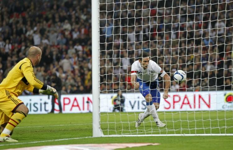 Capitão da Inglaterra, Lampard, com braçadeira com o símbolo da papoula no braço esquerdo, faz gol na Espanha em amistoso em 2011 (Ian Kington - 12.nov.2011/AFP)