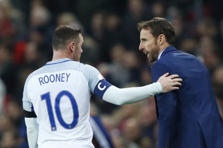 Rooney conversa com Gareth Southgate, treinador interino da Inglaterra, na vitória sobre a Escócia por 3 a 0 em Wembley, pelas eliminatórias da Copa de 2018 (Eddie Keogh - 11.nov.2016/Reuters)