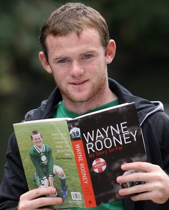 """Então com 20 anos, Rooney exibe sua autobiografia, """"Minha História Até Agora"""" (Paul Ellis - 10.ag.2006/AFP)"""